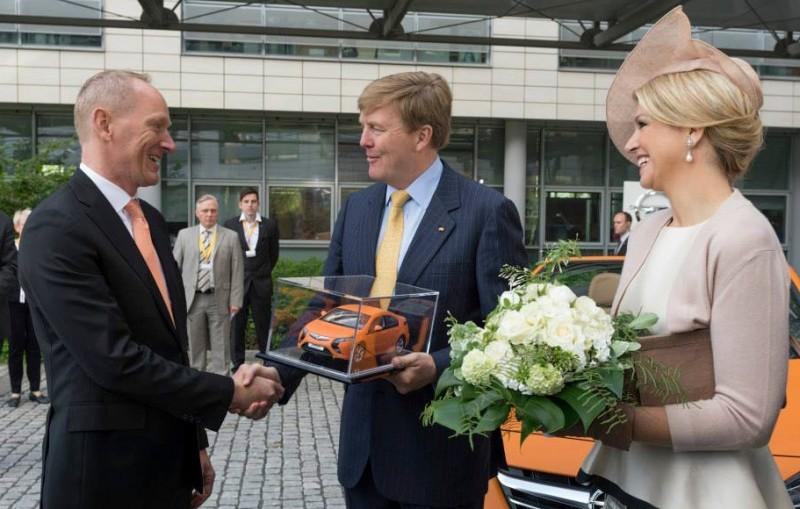 Willem-Alexander recoit une Opel Ampera orange
