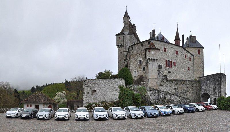 Ampera et Volt devant le château de Menthon St Bernard